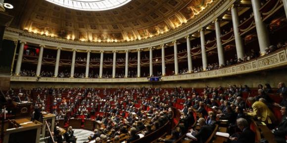 Emmanuel Macron, candidat du mouvement En Marche ! à la présidentielle 2017, parle devant la presse et ses supporteurs au Carrousel du Louvre à Paris, dimanche 7 mai 2017.