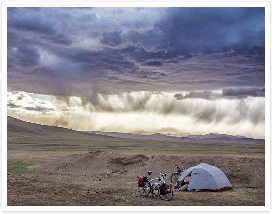Tempête de sable à venir lors d'un bivouac en Mongolie