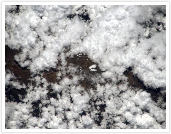 Le Kilimandjaro à travers les nuages vu par Thomas Pesquet © ESA / NASA