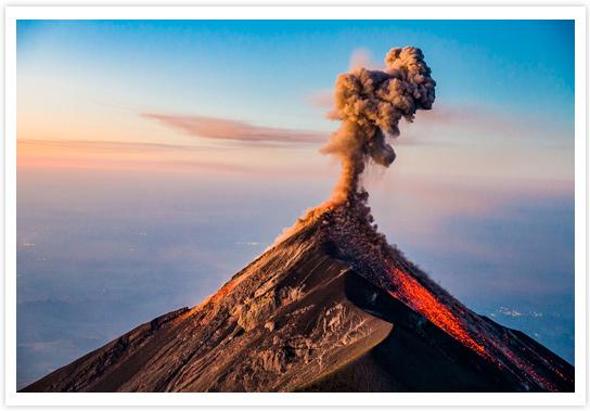 Éruption matinale du volcan Fuego culminant à 3763 mètres d'altitude – Guatemala - Photo réalisée depuis le sommet du volcan Acatenango © Philippe Cap