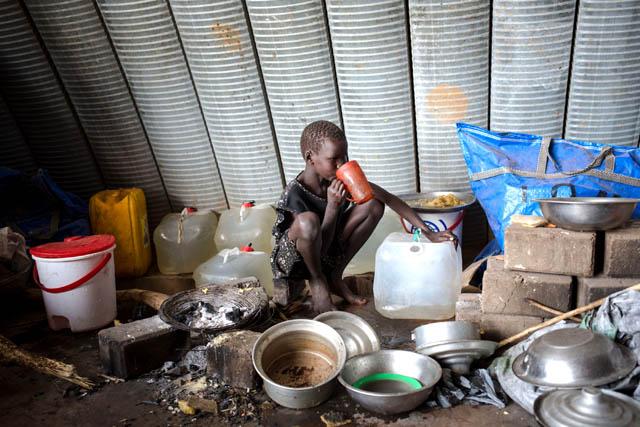 Un enfant africain buvant de l'eau.