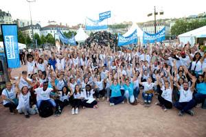 Photo des bénévoles lors de la 22ème Pyramide de chaussures à Lyon