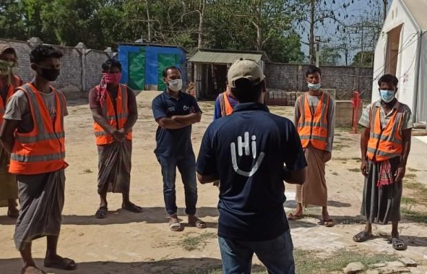 Session de sensibilisation du personnel à l'épidémie de COVID-19 au Bangladesh.