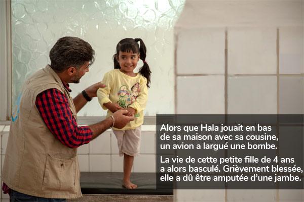 Alors que Hala jouait en bas de sa maison avec sa cousine, un avion a largué une bombe. La vie de cette petite fille de 4 ans a alors basculé. Grièvement blessée, elle a dû être amputée d'une jambe