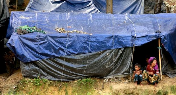 Femme Rohingya et son enfant dans un camp improvisé de réfugiés